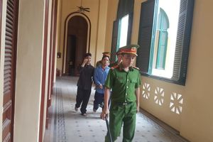 3 anh chị em lãnh án tù vì đánh kiểm sát viên, đại náo phiên tòa