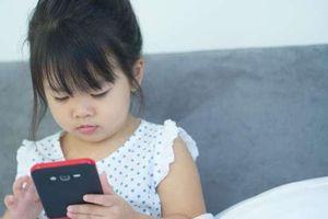 Cảnh báo từ WHO: Trẻ dưới 2 tuổi không nên xem ti vi, chơi smartphone