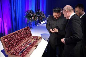 Thượng đỉnh Nga-Triều: Tổng thống Putin và Chủ tịch Kim tặng kiếm cho nhau