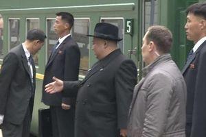 Vệ sĩ tỉ mỉ lau ghế ngồi của Kim Jong Un