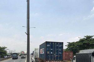 Người dân hoảng sợ cảnh nam thanh niên lao đầu vào container tự tử