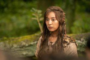 Diện đồ luộm thuộm, da đen nhẻm, Kim Ji Won vẫn cực xinh