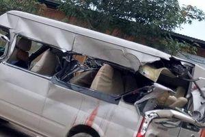 Xe khách tông đuôi ô tô tải, 1 người chết, nhiều người bị thương