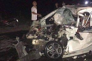 Ô tô 4 chỗ biến dạng sau cú đấu đầu xe tải, tài xế tử vong tại chỗ