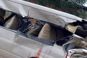 Xe 16 chỗ biến dạng sau tai nạn, nhiều người thương vong