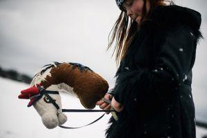 Cơn sốt cưỡi gậy đầu ngựa của các bé gái Phần Lan