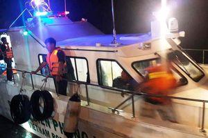 Lật xuồng cao su trên biển, 7 người được cứu sống