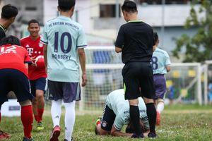 Huyền thoại Bayern vái lạy trọng tài khi nhận thẻ vàng ở Việt Nam