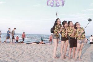 Du khách 'đổ bộ' Đà Nẵng mùa du lịch biển