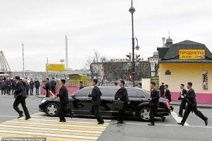 Cận cảnh dàn vệ sĩ chạy theo xe của Chủ tịch Kim Jong-un tại Nga