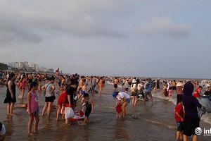 Hàng vạn du khách đổ về bãi biển Sầm Sơn ngày đầu nghỉ lễ