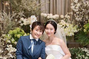 Lee Jung Hyun đăng ảnh cảm ơn Son Ye Jin - Seohyun, iKON và quà cưới đặc biệt từ Lee Bo Young