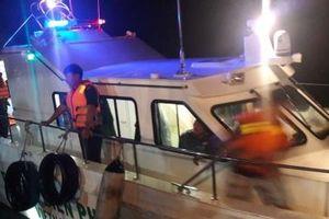 Nghệ An: Cứu sống 7 người bị lật xuồng trên biển Cửa Lò