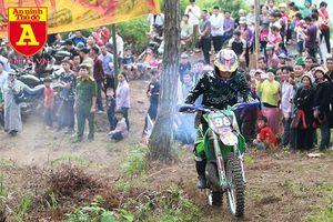 Xem những tay đua mô tô trình diễn ở Cao nguyên đá Hà Giang