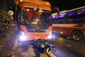 Xe máy đâm thẳng vào đầu xe khách, 2 người thương vong
