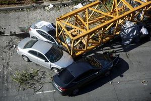 Cần cẩu xây dựng rơi ngay giữa ngã tư ở Mỹ khiến 4 người thiệt mạng