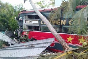 'Chuyên cơ mặt đất' đâm vào nhà dân, hành khách hú vía