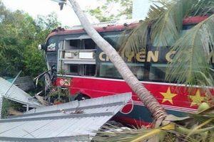 'Chuyên cơ mặt đất' bất ngờ đâm thẳng nhà dân, 20 hành khách hú vía