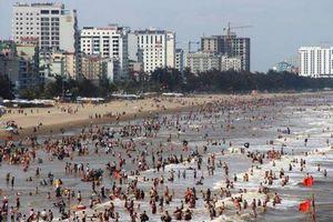 Trời nắng nóng, du khách nườm nượp đổ về Sầm Sơn tắm biển