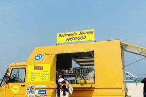 Chiếc xe tải vàng cam 'nóng bỏng' ở Bàu Trắng này đang khiến dân tình 'ùn ùn' kéo đến check in
