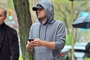 Leonardo DiCaprio đội 2 lớp mũ kín mít, vội vã 'chạy mưa' ở New York