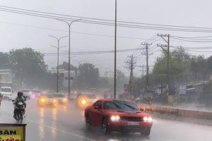 Mưa trắng trời, người Sài Gòn bật đèn xe chạy giữa trưa