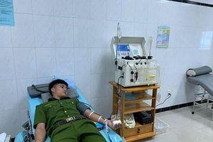 Phát hiện dân cầu cứu trên Facebook, 30 công an tình nguyện hiến máu cứu người
