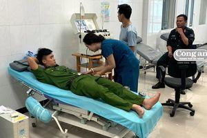 Chiến sĩ công an hiến máu cứu sống một bệnh nhân nguy kịch