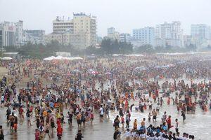 'Sửng sốt' hình ảnh biển Sầm Sơn chật kín người dịp nghỉ lễ