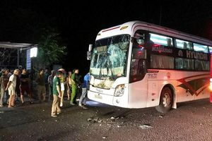Ô tô khách đâm vào đuôi xe tải, hàng chục người thoát nạn