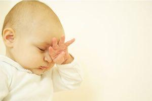 Cách chăm sóc mắt cho trẻ sơ sinh tránh các bệnh nhiễm khuẩn thường gặp