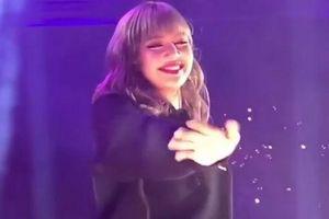 Fan khiếm thị xuất hiện trong concert: Lisa (BlackPink) xúc động rơi nước mắt
