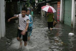 Kế nắng nóng, Hà Nội lại bì bõm sau cơn mưa lớn đầu mùa