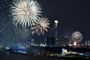 Pháo hoa rực sáng TP Hồ Chí Minh mừng 44 năm thống nhất đất nước
