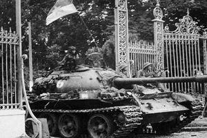 Nhìn lại hình ảnh 2 chiếc xe tăng húc đổ cổng Dinh Độc Lập