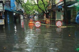Hà Nội ngập sâu, sinh hoạt của người dân đảo lộn sau cơn mưa lớn