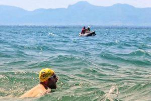 54 ngày bơi ở hồ đầy cá sấu