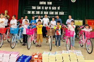 Tặng sách vở, xe đạp cho học sinh nghèo