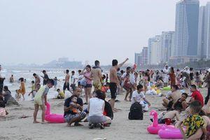 Căng mình tìm trẻ lạc giữa bãi biển Đà Nẵng ken kín người