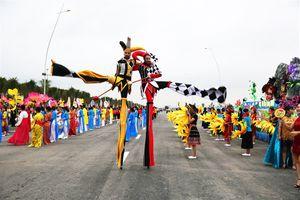 Đông đảo người dân, du khách háo hức xem diễu hành Carnaval Hạ Long 2019 dịp nghỉ lễ