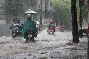 Hà Nội: Mưa lớn, nhiều tuyến phố ngập sâu trong nước