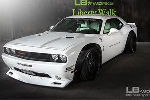 Cận cảnh Dodge Challenger được độ thân rộng bởi Liberty Walk