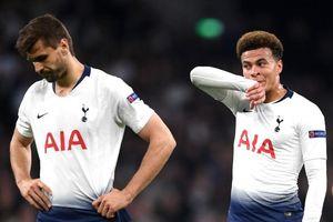 7 cầu thủ Tottenham đứng hình trước pha phối hợp của Ajax
