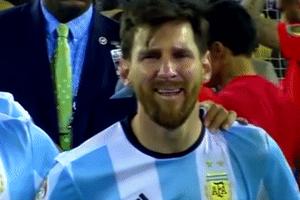 Messi và những phút yếu lòng đến rơi nước mắt trên sân bóng