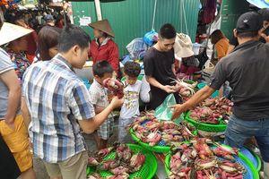 Ngày cuối kỳ nghỉ, du khách đổ xô về chợ Hạ Long mua hải sản