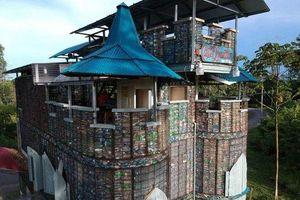 Chiêm ngưỡng ngôi làng xây từ... chai nhựa bỏ đi