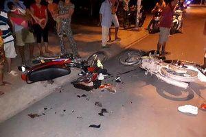 Hai xe máy vỡ vụn sau va chạm, 4 người nhập viện