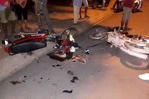Xe máy tông nhau, 4 người nguy kịch phải nhập viện cấp cứu
