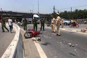 Xe máy va chạm với xe trộn bê tông, 2 người phụ nữ nguy kịch