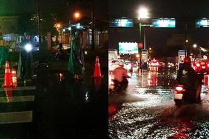 Mưa lớn kèm sấm chớp dữ dội, người dân bị té ngã, sợ hãi vì đường trơn và ngập nước